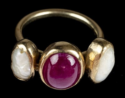 Lot 19-Ring. A 9ct gold ring