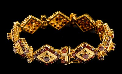 Lot 5-Bracelet. A Continental 18K gold ladies bracelet