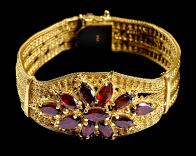 Lot 4-Bracelet. A Continental 14K gold ladies bracelet