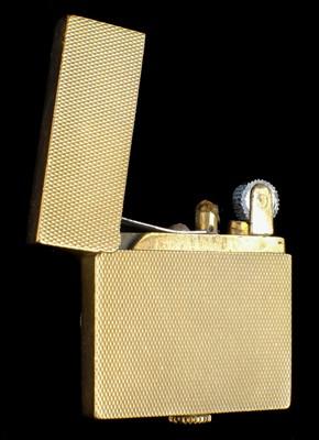 Lot 14-Lighter. An Art Deco 9ct gold ladies cigarette lighter by Saunders, Shepherd & Co Ltd