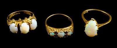 Lot 25-Rings. An 18ct gold ring