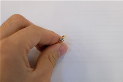 Lot 22 - Ring. An 18ct gold diamond solitaire ring