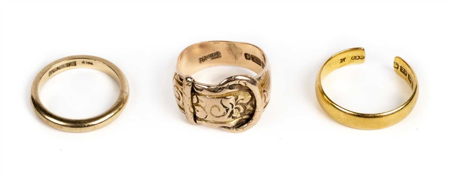 Lot 32 - Rings. An 22ct gold ring plus 2 9ct gold rings