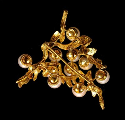 Lot 5 - Brooch. A Continental 14K gold and pearl brooch